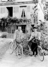 Pierre et Marie Curie devant leur maison de Sceaux en 1895.